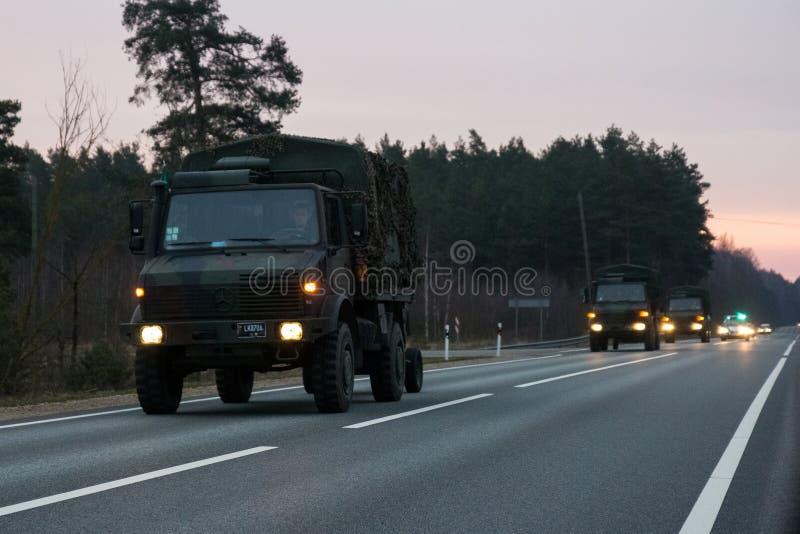 VILNIUS, LITHUANIE - 11 NOVEMBRE 2017 : Commandes lithuaniennes de convoi d'armée sur la route image libre de droits