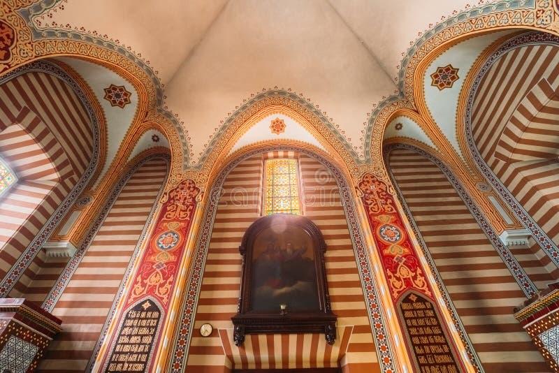 Vilnius Lithuanie Plafond peint sauté avec le lustre de l'église orthodoxe photo stock