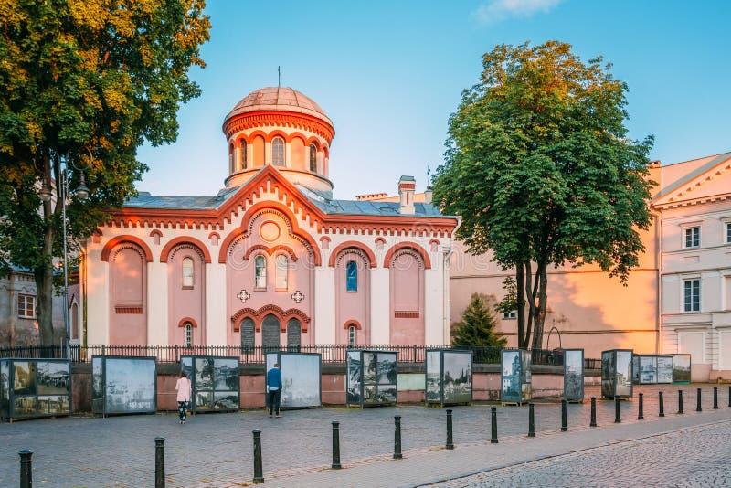 Vilnius Lithuanie Première église orthodoxe russe d'exposition de photo de St Paraskeva In Neo-Byzantine Style And près de elle d photographie stock