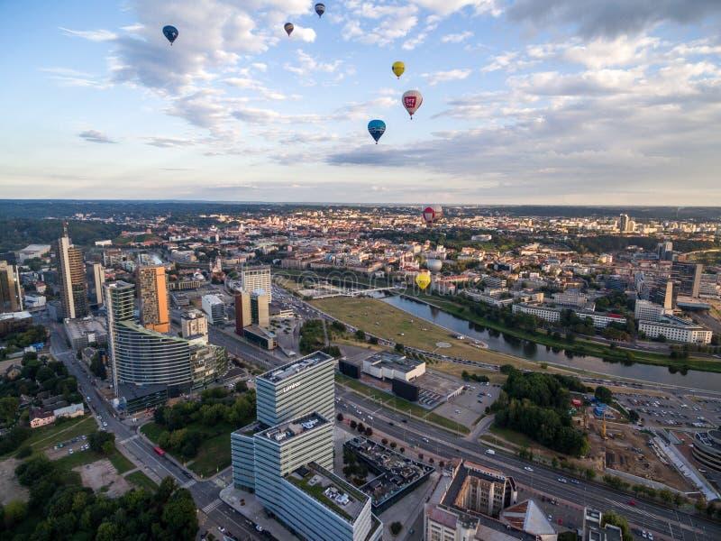 VILNIUS, LITOUWEN - AUGUSTUS 13, 2018: Vilnius Bedrijfsdistrict met Stadsgemeente, Rivier Neris, Oude Stad en Luchtballons in B stock afbeeldingen