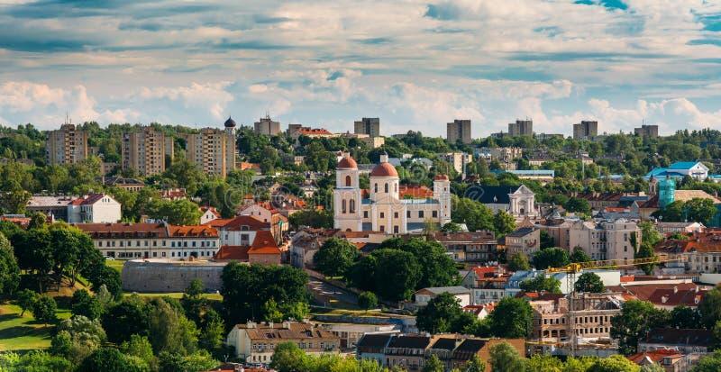 Vilnius, Litouwen Bastion van Vilnius-Stadsmuur en Orthodoxe Kerk stock foto