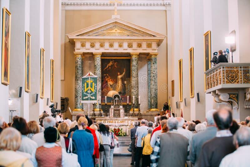 Vilnius, Litouwen De mensen bidden in Kathedraalbasiliek van Heiligen royalty-vrije stock fotografie