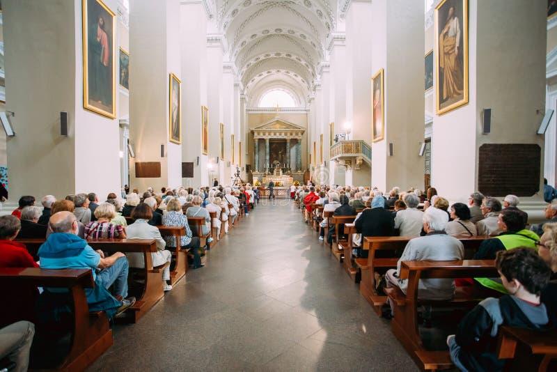 Vilnius, Litouwen De mensen bidden in Kathedraalbasiliek van Heiligen royalty-vrije stock afbeeldingen
