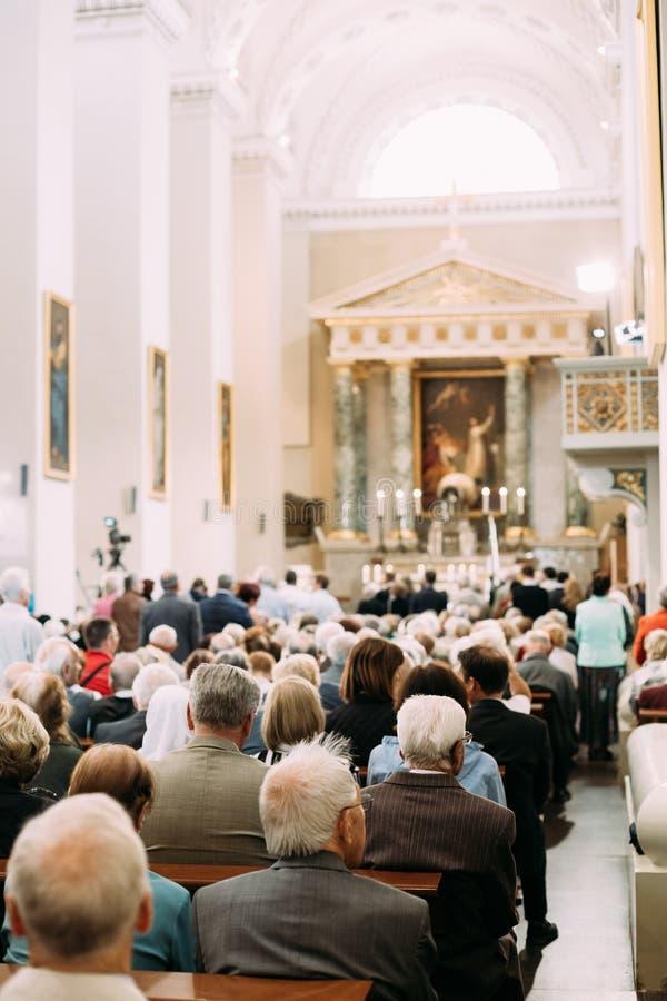 Vilnius, Litouwen De mensenparochianen bidden in Kathedraal Basili royalty-vrije stock fotografie
