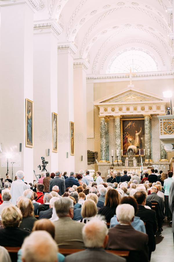 Vilnius, Litouwen De mensenparochianen bidden in Kathedraalbasiliek royalty-vrije stock foto