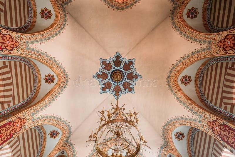 Vilnius Litouwen Gewelfd Geschilderd Plafond met Kroonluchter van Orthodoxe Kerk van Sinterklaas stock afbeelding
