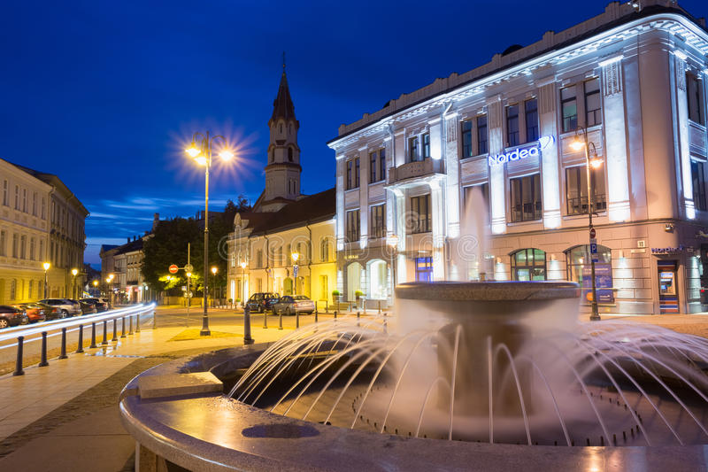 Vilnius Litouwen Gray Marble Fountain, Waterstralen op Verlicht Rotuses-Vierkant stock foto's