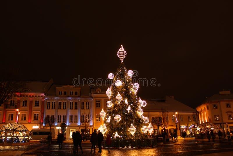 Vilnius, Litouwen 12-24-2018: 2018 jaar Kerstboom in Vilnius, Rotuses-vierkant, Litouwen stock afbeeldingen