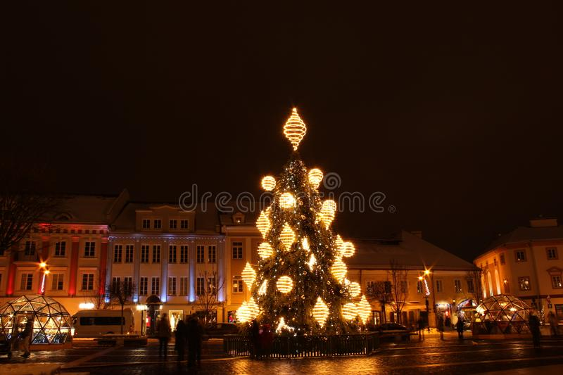 Vilnius, Litouwen 12-24-2018: 2018 jaar Kerstboom in Vilnius, Rotuses-vierkant, Litouwen royalty-vrije stock fotografie