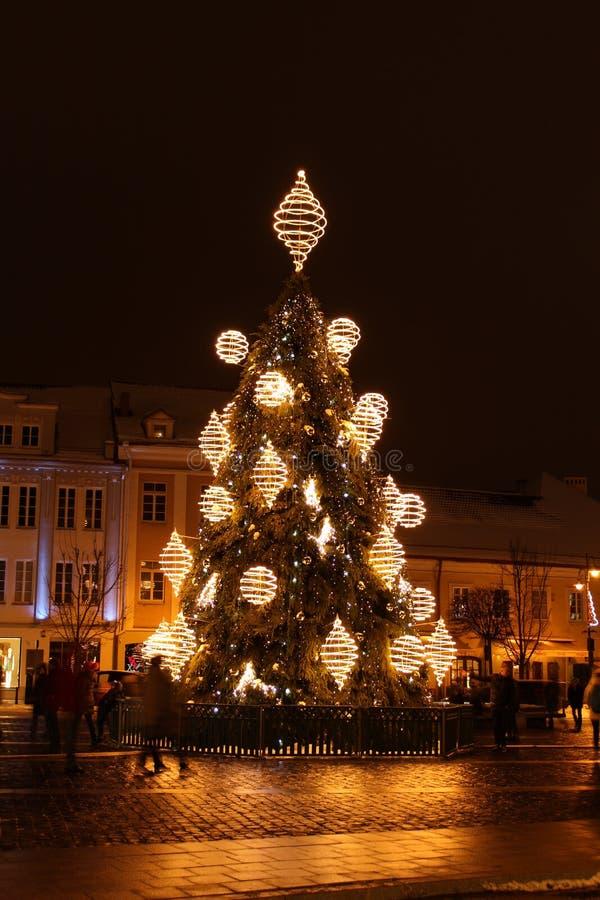 Vilnius, Litouwen 12-24-2018: 2018 jaar Kerstboom in Vilnius, Rotuses-vierkant, Litouwen stock foto's