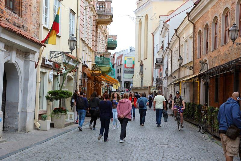 VILNIUS, LITOUWEN - JUNI 7, 2018: de mensen gaan langs straat in Oude Stad, Vilnius, Litouwen royalty-vrije stock fotografie