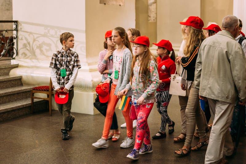 Vilnius, Litouwen Kinderen het Bezoeken van Kathedraalbasiliek van S royalty-vrije stock foto's