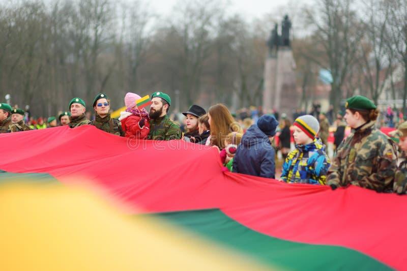 VILNIUS, LITOUWEN - MAART 11, 2017: Mensen die aan feestelijke gebeurtenissen als Litouwen deelnemen duidelijk de 27ste verjaarda stock foto