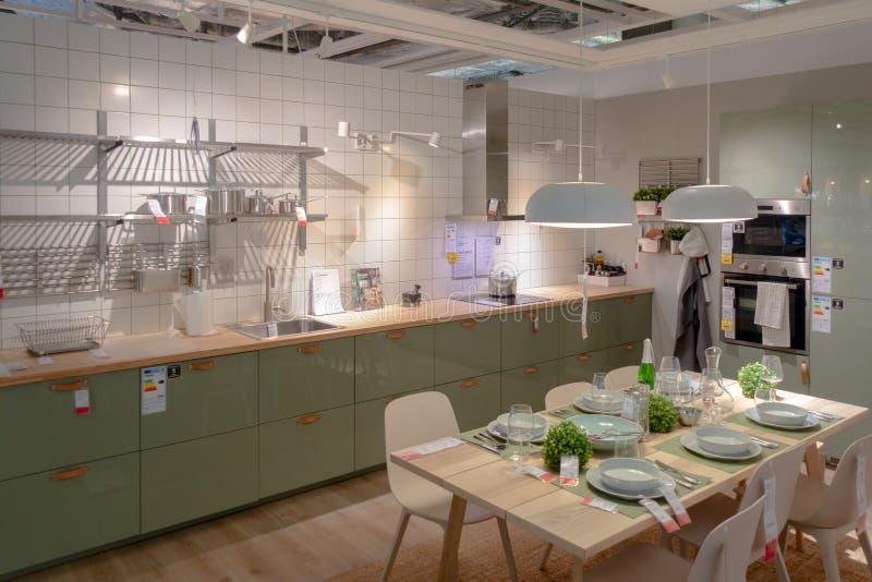 Vilnius, Litouwen - Mei 26, 2019: Binnenlandse mening van keuken en eetkamer binnen IKEA-Opslag stock fotografie