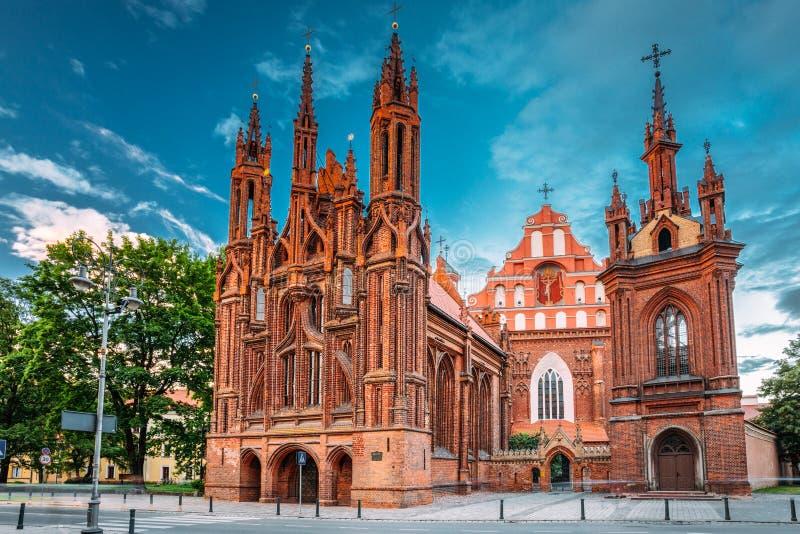 Vilnius, Litouwen Mening van de Oude Stad van Roman Catholic Church Of St Anne And Church Of St Francis And St Bernard In binnen stock fotografie