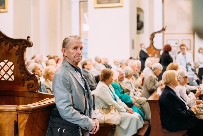 Vilnius, Litouwen Mens die in Kathedraalbasiliek bidden van Heiligen royalty-vrije stock fotografie