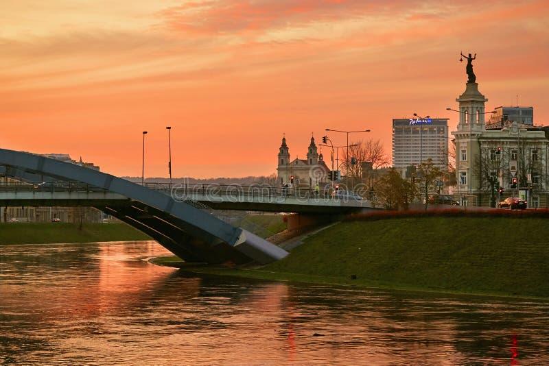 Vilnius, Litouwen Neris River bij zonsondergang Cityscape stock fotografie