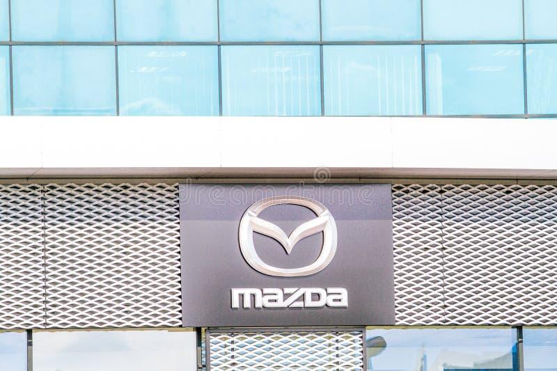 Vilnius, Lituânia - 12 de abril de 2018: Logotipo de Mazda na parede Mazda é um fabricante de automóveis japonês baseado em Fuchu imagem de stock royalty free