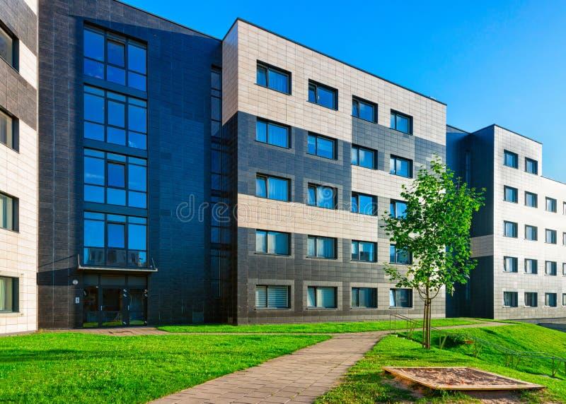 Vilnius, Lituânia - 30 de julho de 2017: Complexo da construção residencial moderna com o campo de jogos das crianças como outras imagem de stock