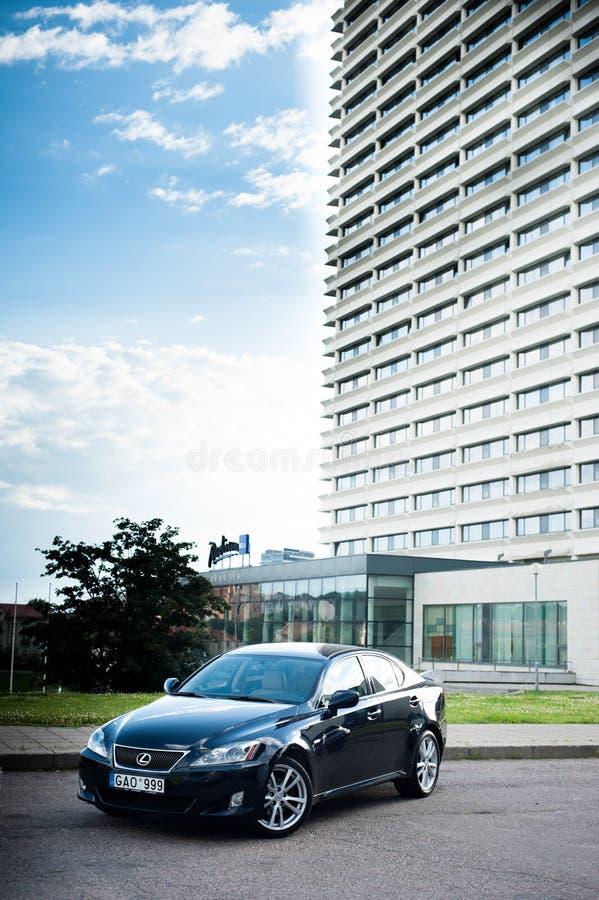 VILNIUS, LITUÂNIA - 10 DE JULHO DE 2012: Lexus Car luxuoso Arquitetura da cidade de Vilnius no fundo Radisson Blu Hotel imagem de stock royalty free
