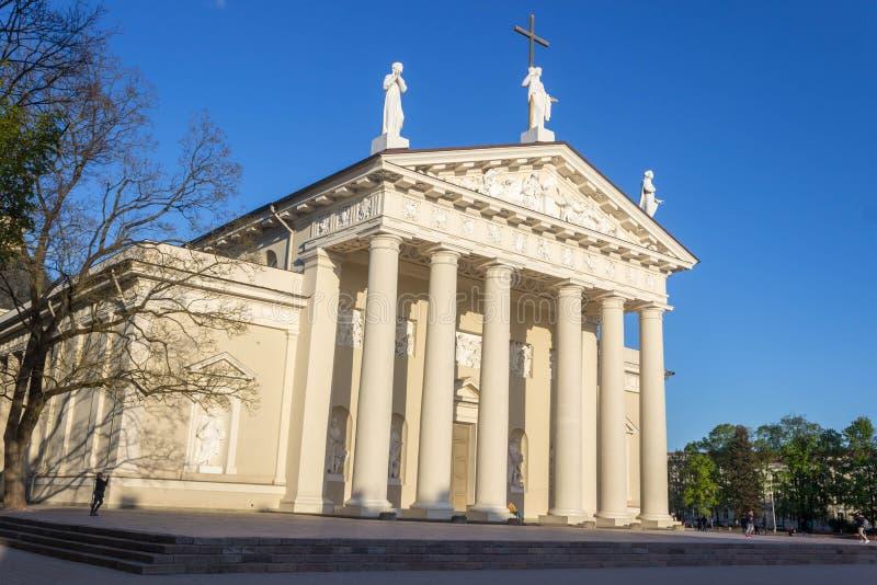 Vilnius, Lituânia - 8 de maio de 2019: Quadrado da catedral de Vilnius, catedral fotos de stock