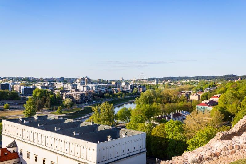 Vilnius, Lituânia - 8 de maio de 2019: Vista à cidade de Vilnius das montanhas do castelo fotos de stock