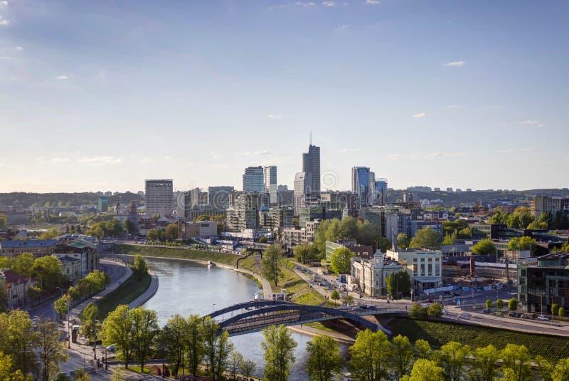 Vilnius, Lituânia - 8 de maio de 2019: Vista à cidade de Vilnius das montanhas do castelo imagens de stock