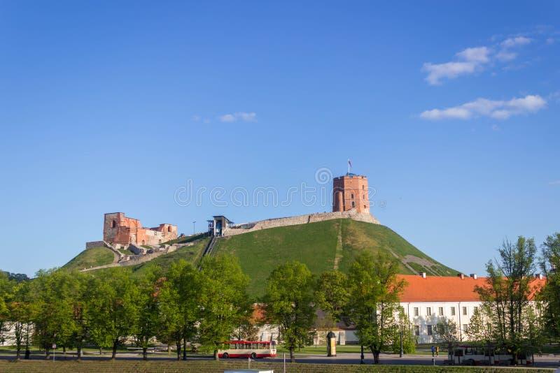 Vilnius, Lituânia - 8 de maio de 2019: Vista à torre de Gediminas fotografia de stock