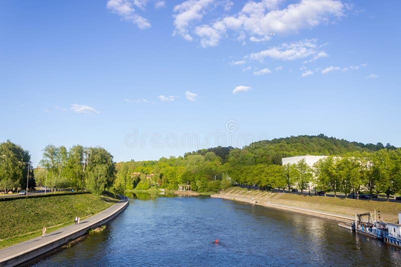 Vilnius, Lituânia - 8 de maio de 2019: Vista do rio Viliya na cidade de Vilnius imagem de stock royalty free