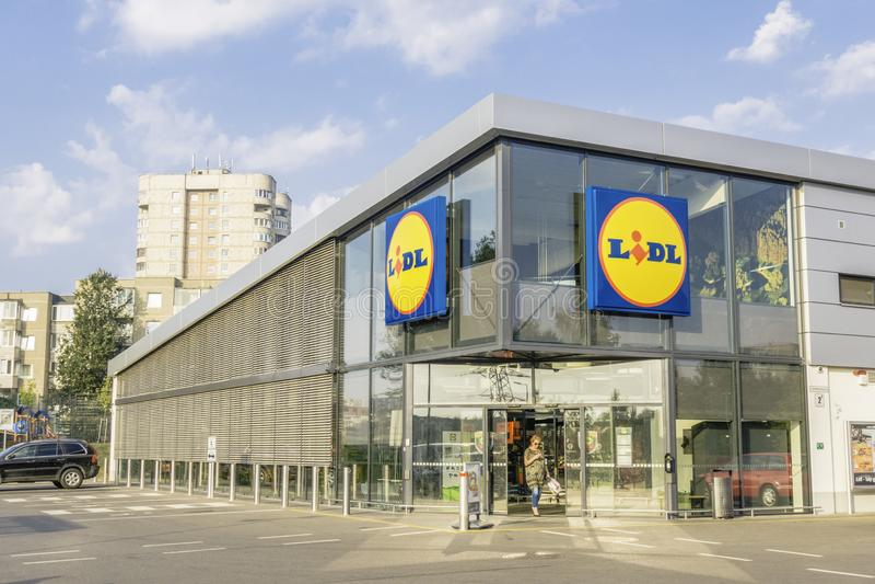 Vilnius, Lituânia 21 de setembro de 2018: Loja do supermercado de Lidl em Vilnius, Lituânia Lidl é um desconto alemão imagem de stock