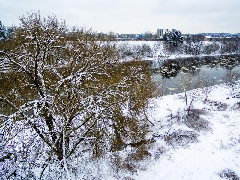 Vilnius, Lituânia: ideia superior aérea da tração do gelo no rio de Neris imagens de stock