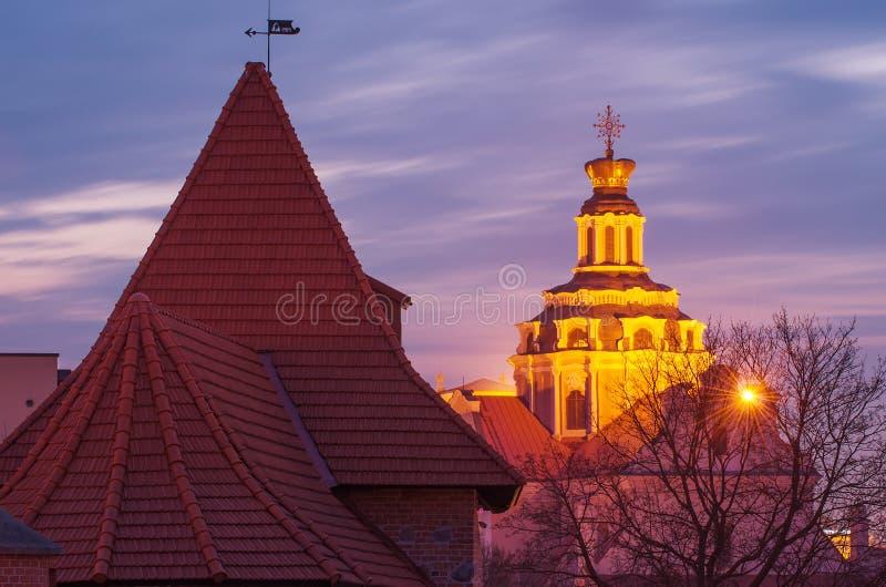 Vilnius (Lituânia) na noite fotos de stock
