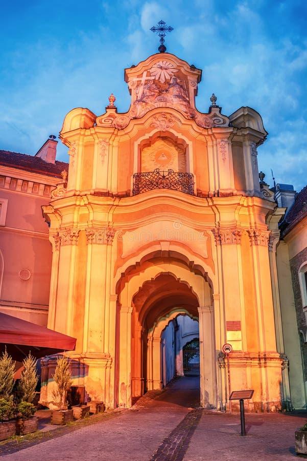 Vilnius, Lituânia: Porta de Basilian da igreja e do monastério da trindade santamente imagem de stock