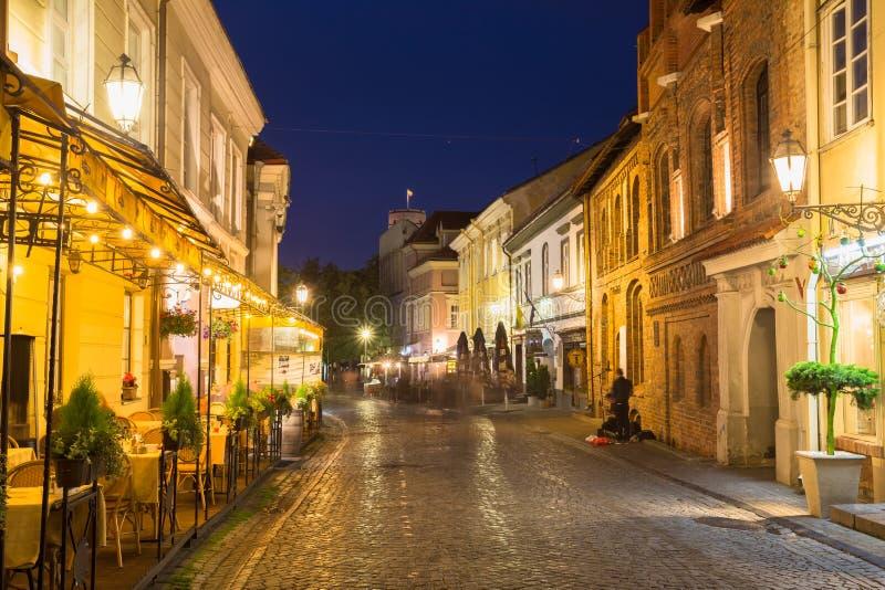 Vilnius Lituânia Rua brilhantemente iluminada de Pilies, antiga imagens de stock royalty free