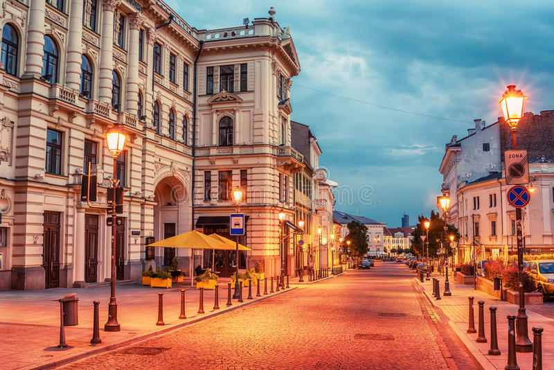 Vilnius, Lituânia: Rua de Didzioji na cidade velha imagem de stock