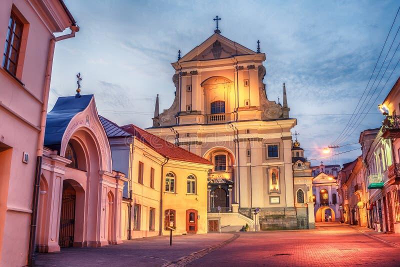 Vilnius, Lituânia: Rua de Didzioji na cidade velha imagens de stock