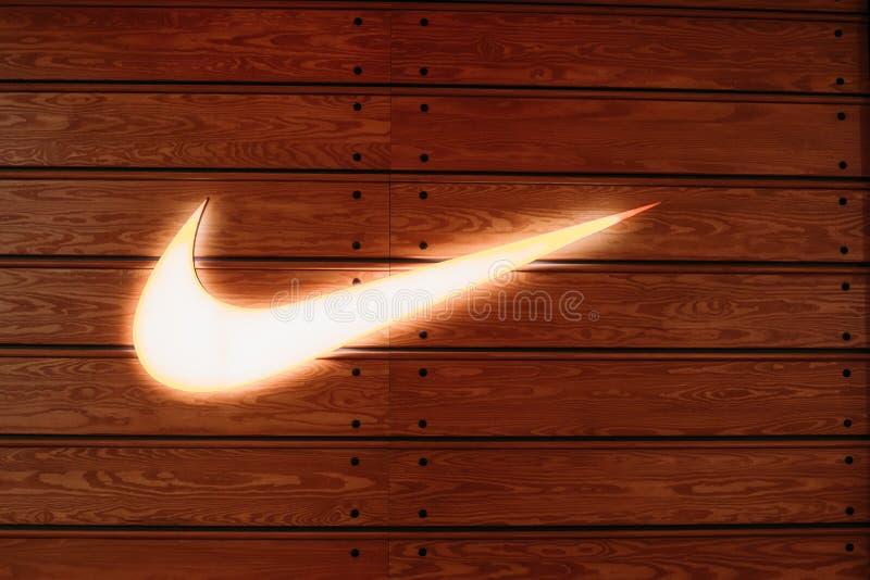 Vilnius Lituânia Swoosh de incandescência próximo do Logotype de Nike Brand fotografia de stock