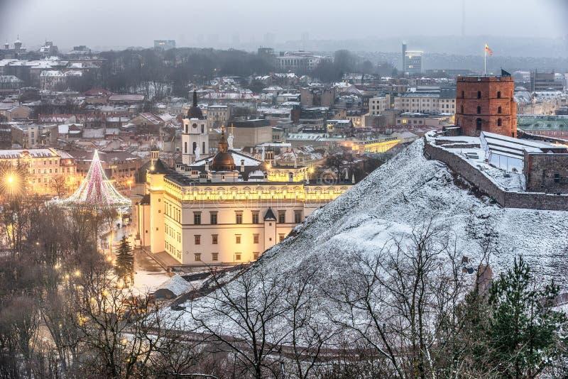 Vilnius, Lituânia: a vista aérea da cidade velha, a árvore de Natal e as decorações na catedral esquadram foto de stock royalty free