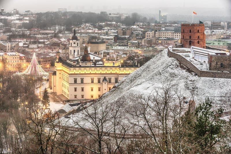 Vilnius, Lituânia: a vista aérea da cidade velha, a árvore de Natal e as decorações na catedral esquadram imagem de stock