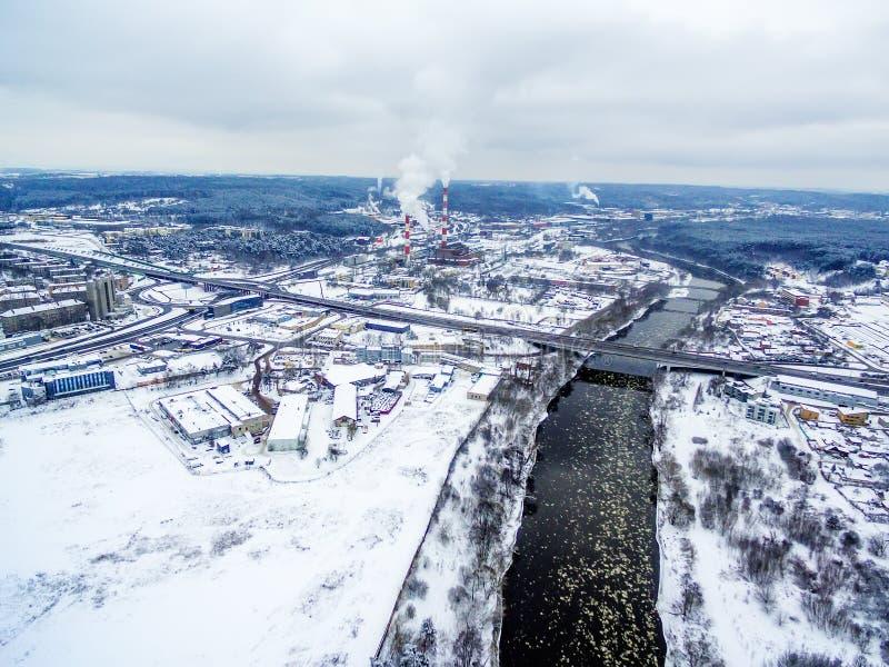 Vilnius, Lituânia: vista superior aérea do rio de Neris e da ponte de Lazdynai no inverno imagem de stock royalty free