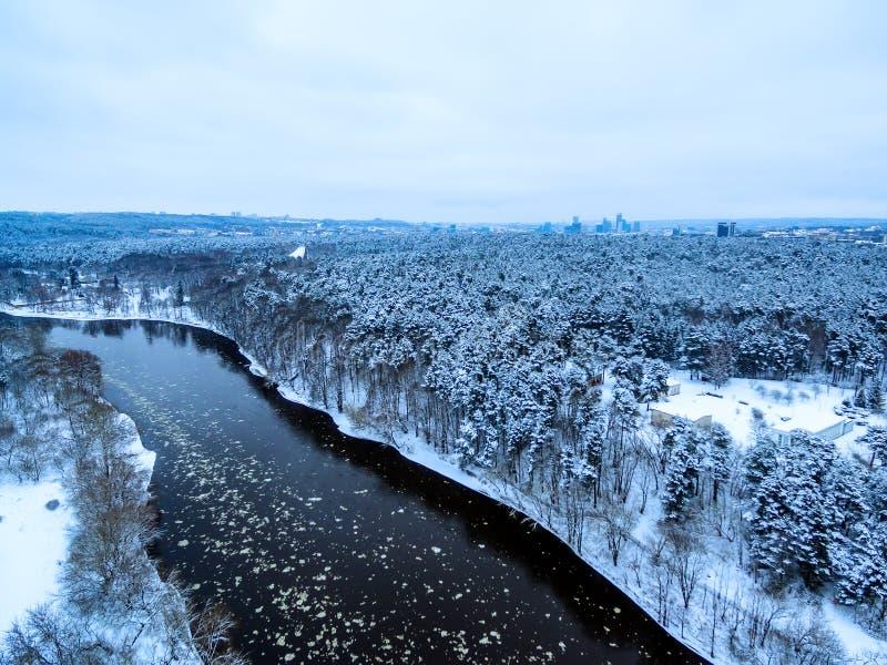 Vilnius, Lituânia: a vista superior aérea do rio de Neris e Vingis estacionam no inverno imagem de stock royalty free
