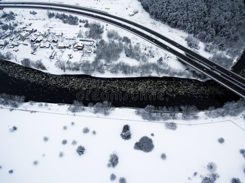 Vilnius, Lituânia: vista superior aérea do rio de Neris, de florestas circunvizinhas e de estrada de Gariunai foto de stock royalty free