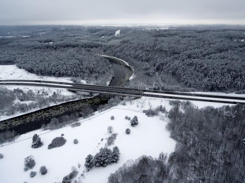 Vilnius, Lituânia: vista superior aérea do rio de Neris, de florestas circunvizinhas e de estrada de Gariunai fotos de stock