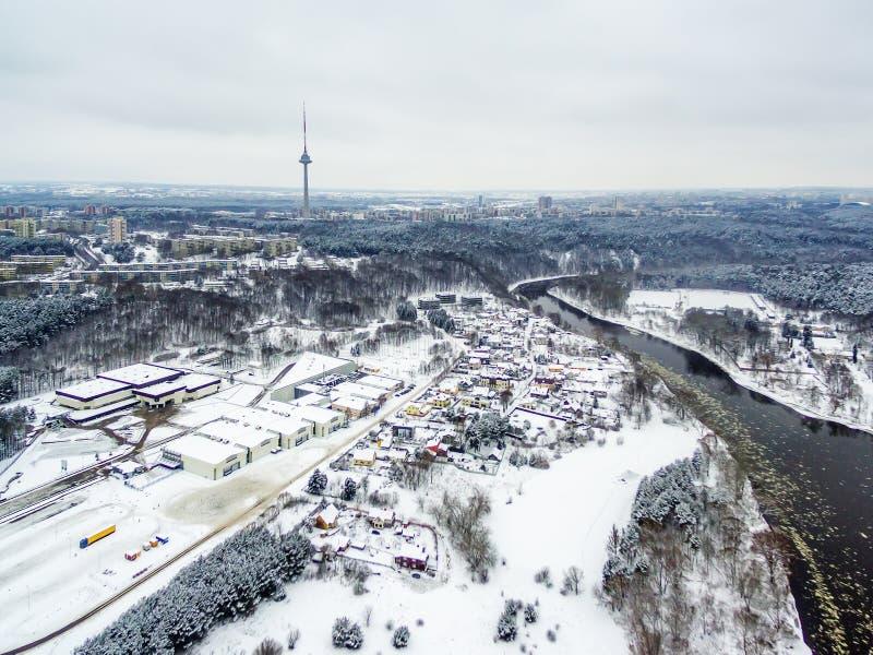 Vilnius, Lituânia: a vista superior aérea do rio de Neris, o parque de Vingis e a tevê elevam-se no inverno imagem de stock