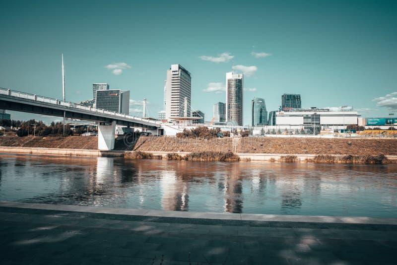 VILNIUS, LITUÂNIA - 22 de agosto de 2018 Construções do centro da cidade de Vilnius na costa do rio de Neris e da ponte branca so foto de stock