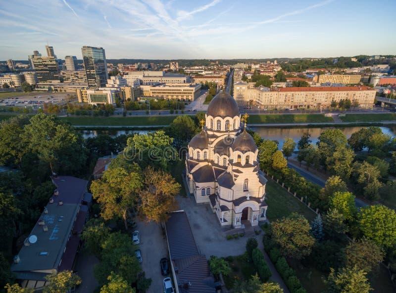 VILNIUS, LITUÂNIA - 12 DE AGOSTO DE 2018: Igreja de nossa senhora do sinal em Vilnius, Lituânia O parlamento lituano no fundo imagem de stock royalty free