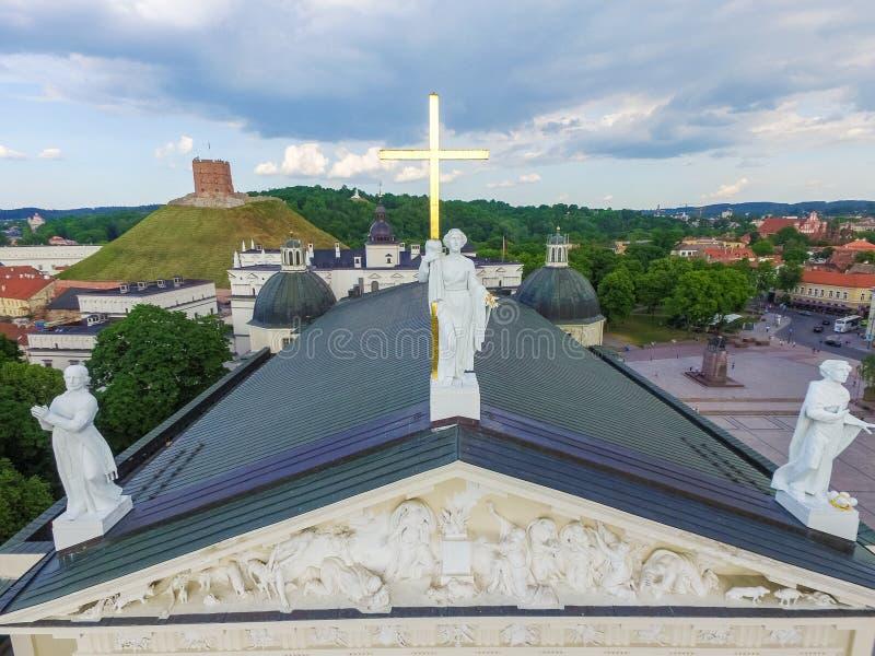VILNIUS, LITUÂNIA - 3 DE JUNHO DE 2016: Catedral de Vilnius e telhado dele com Saint Casimiro de três estátuas, Saint Stanislaus, fotos de stock