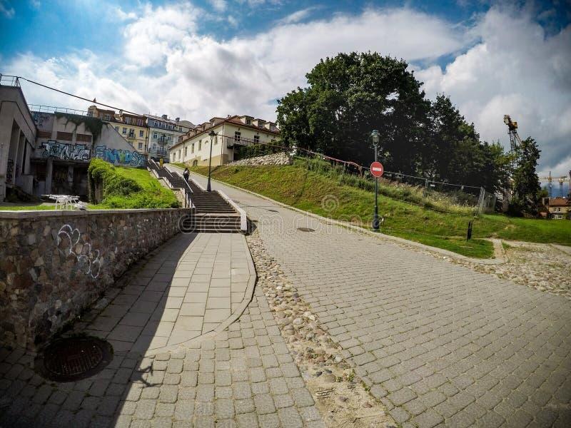 VILNIUS, LITUANIA - 8 AGOSTO 2017: Vilnius Città Vecchia con Czeslaw Milosz Stairs fotografia stock libera da diritti