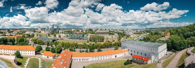 Vilnius, Lituania Città di paesaggio urbano di panorama e parte moderne di Città Vecchia Nuovo arsenale, fondamento della chiesa  immagine stock libera da diritti