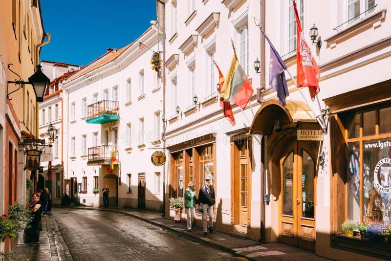 Vilnius, Lituania Coppie mature che camminano vicino all'hotel Centro Kubas fotografia stock libera da diritti
